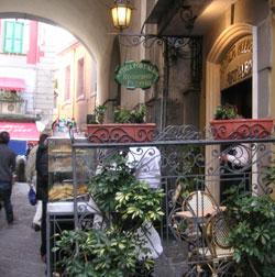 Первая настоящая пиццерия в мире -  Antica Pizzeria Port'Alba