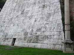 Пирамида Цестия - вход
